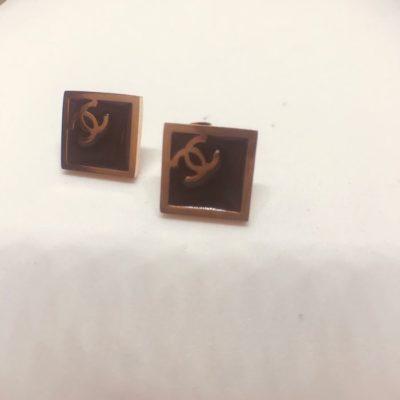 Ατσάλινα σκουλαρίκια επιροδιωμένα σχέδιο ρόμβος με μαύρο σμάλτο τύπου Chanel