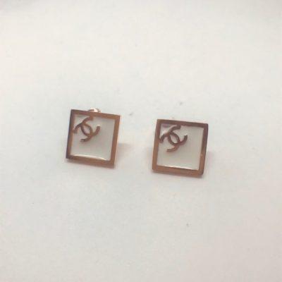 Ατσάλινα σκουλαρίκια επιροδιωμένα σχέδιο ρόμβος με λευκό σμάλτο τύπου Chanel